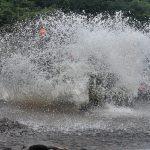 Kreativitas pengemudi Jeep mempengaruhi seberapa besar cipratan air kali yang dilintasi