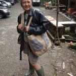 Artis senior Indonesia pun tidak turut bangga memakai tas berbahan karung goni ini