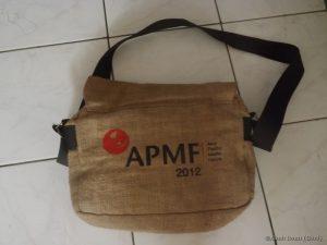 Cindera mata APMF yang berupa tas berbahan dasar karung goni
