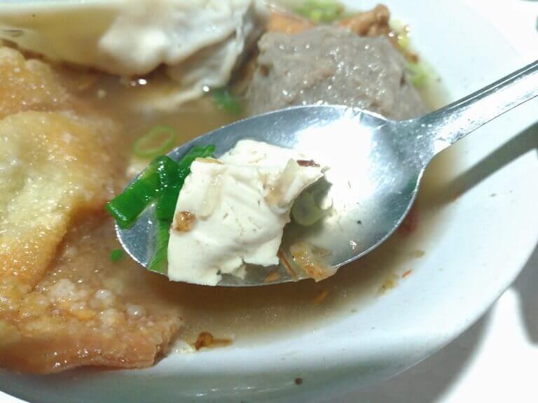 Tofu (tahu) isinya juga lembut dan gak berbau